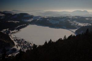 Pohľad z Gačovskej skaly na juh, priehrada, Veľký Radzim a za ním Maďarsko.