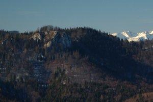Detail Havranej skaly z Gačovskej skaly, v pozadí Západné Tatry.