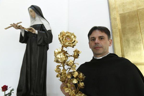 Na snímke predstavený rehole sv. Augustína Juraj Pigula s relikviou svätej Rity.
