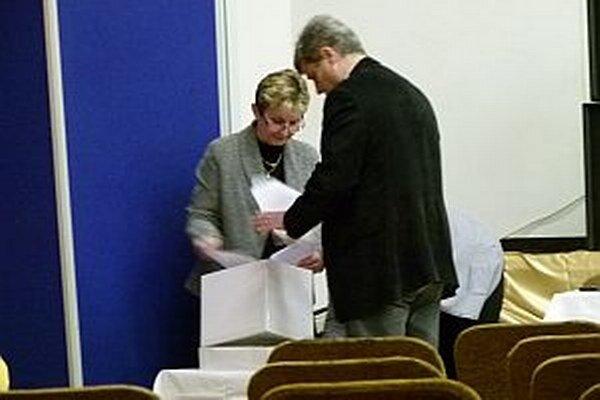 Volebná komisia dohliadala na priebeh voľby hlavného kontrolóra.