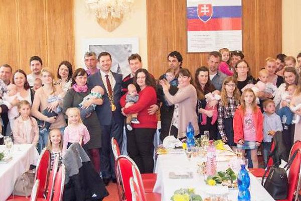 Privítanie prvých 13 detí narodených vtomto roku vOravskej Lesnej.