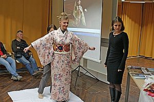 Ukážka obliekania kimona.