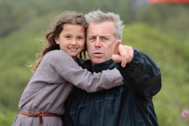 Režisér Bruno Dumont s predstaviteľkou malej Jany z Arcu.