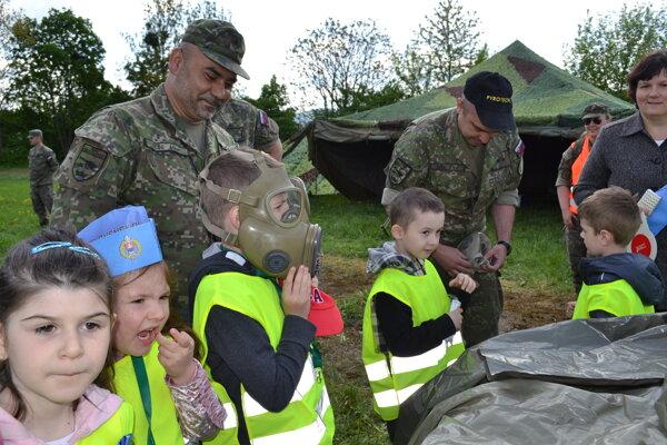 Vojenská výstroj zaujala aj škôlkarov.