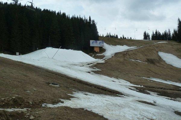 Sneh nahrnuli ratrákmi na kopu.