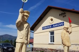 Cestujúcich na stanici v Príbovciach - Rakove privítajú výpravca i posunovač.