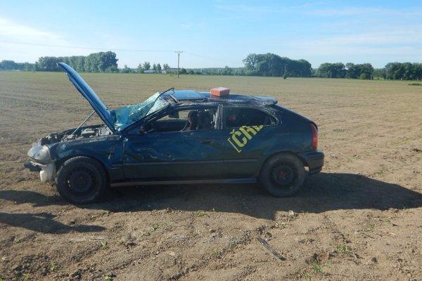 Nehoda pri Kolárove - muž skončil s autom v poli.