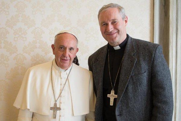 Pápež František s emeritným biskupom Róbertom Bezákom vo Vatikáne.