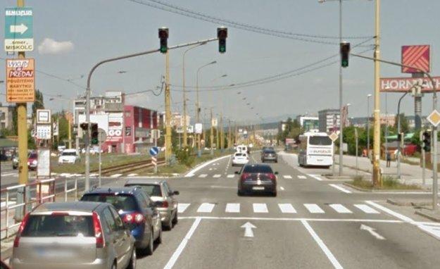 Pre odbočenie z Moldavskej cesty (príjazd do Košíc od U. S. Steelu) doľava na Popradskú môžu vodiči využiť od pondelka okrem doterajšieho odbočovacieho pruhu (vľavo na snímke, kde sú autá) už aj ľavý z dvojice pruhov pre smer rovno.