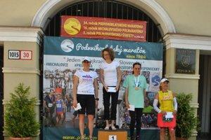 Medzi ženami boli na stupni víťazov iba východniarky. Vstrede víťazná Krištanová.