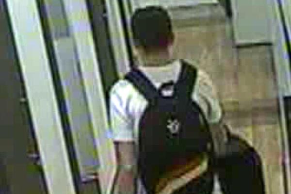 Muž z Bosny sa snaží utiecť z ukradnutým tovarom.