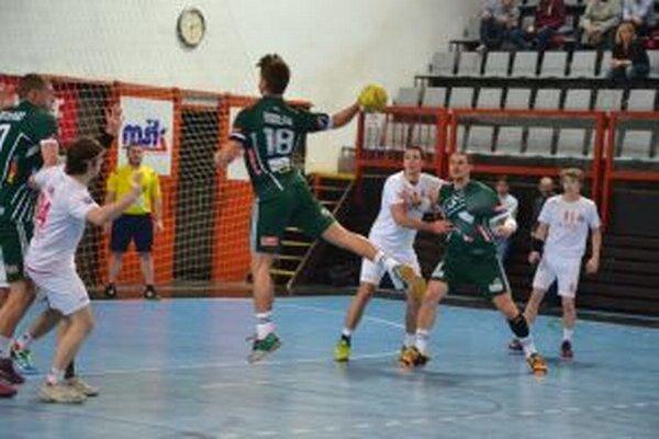 Prešovčan Furlan (vo výskoku v zelenom) dáva jeden zo svojich piatich gólov.