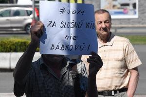 Vládu vítali vo Vranove aj protestujúci ľudia.