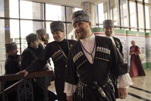 Čečenský prezident Ramzan Kadyrov vpredu v strede s premiérom Odesom Baysultanovom naľavo v tradičnom oblečení pri príležitostí osláv národného jazyka.