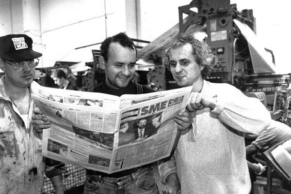 Prvý výtlačok SME vo vlastnej tlačiarni, vpravo prvý šéfredaktor Karol Ježík, vstrede Alexej Fulmek.