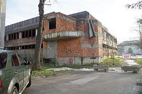 Schátraná budova v Strojárenskej štvrti.