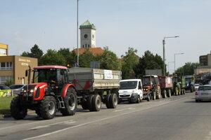 Do Nových Zámkov prišli protestujúci farmári z Komárna aj Nitry.