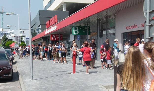 Dopredaj posledných 1200 kusov lístkov začal o 14.00 hod. Rada za západnou tribúnou bola dlhá.