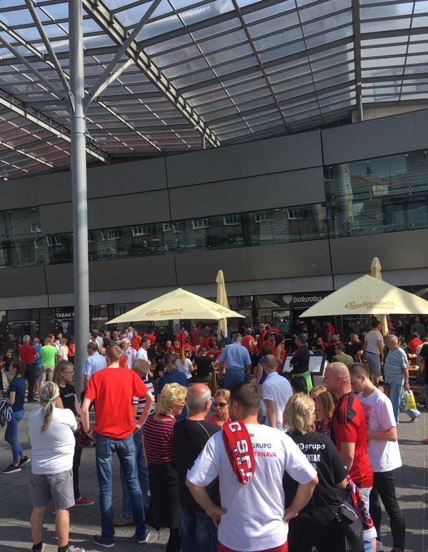 90 minút pred zápasom bolo okolie štadióna Antona Malatinského plné fanúšikov.