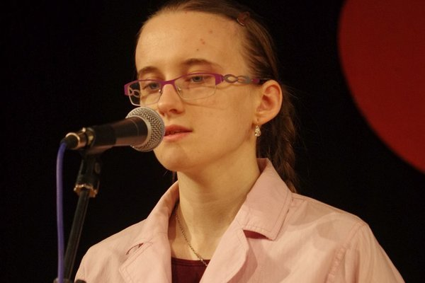 Ivanka Chúpková vkladá do recitácie kus hereckého výkonu, je emotívna. Jej prejav zaujal.