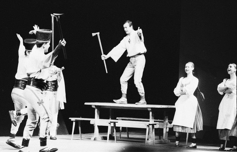Po prvýkrát v takmer 80-ročnej histórii Slovenského národného divadla sa 29. decembra 1996 uskutočnila v Divadle Pavla Orságha Hviezdoslava v Bratislave 500. repríza úspešnej spevohry poľských autorov Ernesta Brylla a Katarzyny Gärtnerovej Na skle maľované. Traja hlavní protagonisti spevohry odohrali všetkých 500 predstavení - Michal Dočolomanský - Jánošík, Leopold Haverl - rozprávač a Elo Romančík - dodávač.