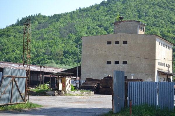 Hospodársky dvor v Koškovciach. Miestni si pamätajú časy, keď sa po ňom pred rokmi  prechádzali pávy.