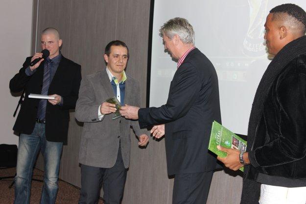 Frim si preberá cenu od bývalého reprezentačného trénera Jána Kociana.