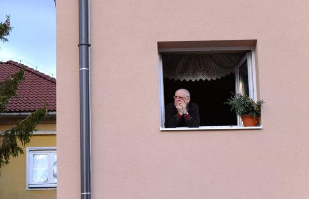 Žiarčania sprievod sledovali aj z okien.