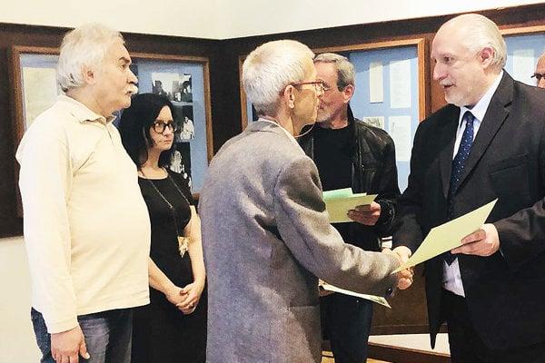 Pavol Stuchlý preberá ocenenie z rúk primátora Romana Matejova.