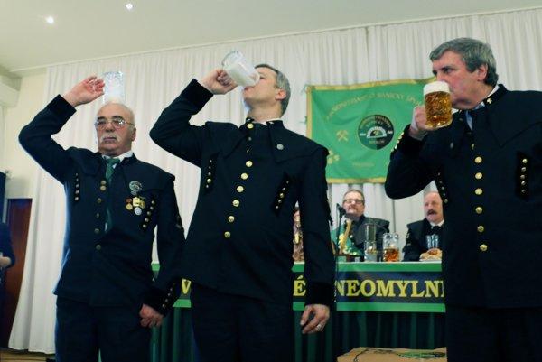 Počas šachtágu baníci súťažili v pití piva.