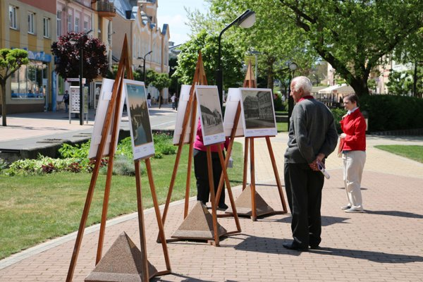 Výstava na námestí.