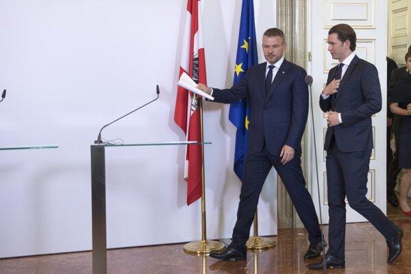 Vpravo rakúsky spolkový kancelár Sebastian Kurz a vľavo predseda vlády SR Peter Pellegrini.