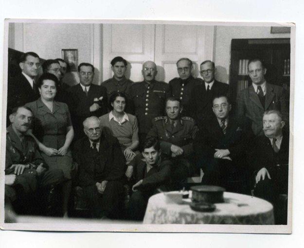 Pauliny (vpravo dolu) s vtedajšou politickou špičkou. Vavrom Šrobárom, Veselovcami, generálom Viestom.