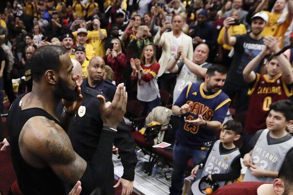 LeBron James sa zdraví s fanúšikmi.