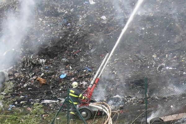 Hasiči hasia lafetovým prúdom, ktorý má dosah až 60 m. Cisterna s viac ako ôsmimi kubíkmi vody sa pri tejto technike vyprázdni za tri a pol minúty.