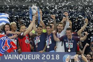 Kapitán PSG Thiago Silva (uprostred vpravo) a kapitán tímu Les Herbiers Sebastien Flochon (uprostred vľavo) držia pohár počas osláv zisku Francúzskeho pohára.