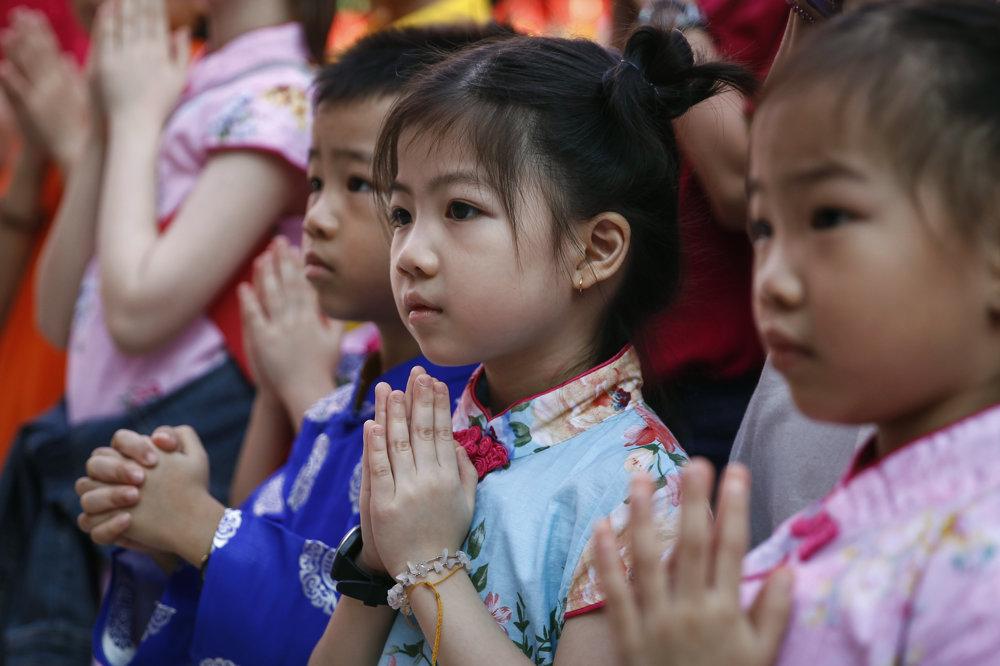 Modliace sa deti v chráme v Kuala Lumpur. TASR/AP