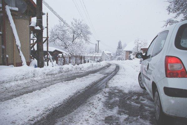 Cesta v Hriňovej počas zimy.