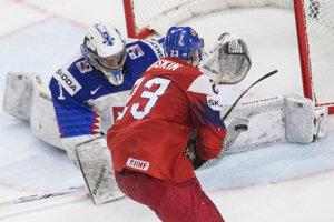 Na momentke z víťazného zápasu proti Slovensku (3:2 pp) strieľa rozhodujúci gól český útočník Dmitrij Jaškin.