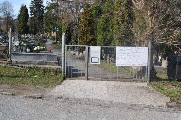 Oznam na bráne cintorína zvoláva klientov podpisovať nové zmluvy.