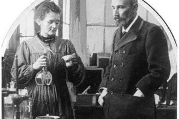 Marie Curieová a jej manžel Pierre v ich laboratóriu.