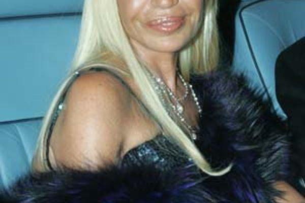 Po smrti Gianniho Versaceho vedie firmu jeho sestra Donatella.