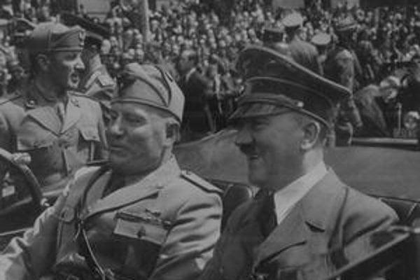 Dvaja diktátori: Benito Mussolini (vľavo) s Adolfom Hitlerom na vojenskej prehliadke v Mníchove.