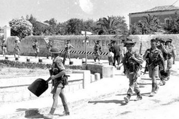 Spojeneckí vojaci po vylodení v uliciach sicílskeho mesta Modica.