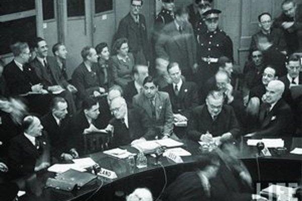 Vyšinskij (v strede vpredu) hovorí s Gromykom.