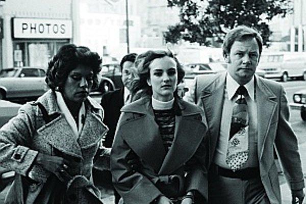 Polícia eskortuje zatknutú Patty Hearstovú pred súd. Jej prípad vzrušil celé Spojené štáty a veľa rodičov sa začalo báť predstavy, že aj ich deťom niekto vymyje mozog a ony sa dopustia zločinu alebo terorizmu