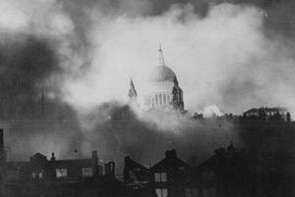Fotografiu nezničenej katedrály uverejnil po útoku denník Daily Mail s textom Najväčšia snímka vojny.
