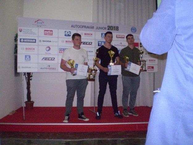 Matej Benco – prvý zľava drží vrukách pohár adiplom víťaza, putovný pohár ministerky školstva SR .