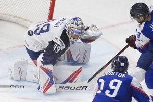 Slovenskí hokejisti sa snažia prekonať francúzskeho brankára.