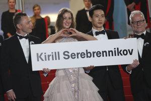 Režisér Kirill Serebrennikov nemohol prísť do Cannes. Na snímke sú herci z jeho filmu Leto a vpravo riaditeľ festivalu Thierry Frémaux.